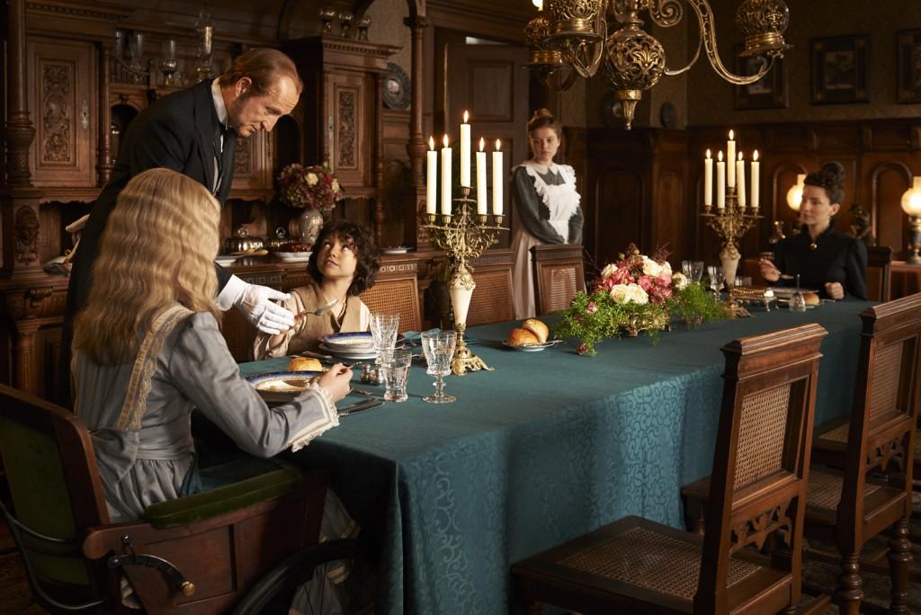 Suppe isst man mit dem Löffel: Der Hausdiener Sebastian (Peter Lohmeyer) bringt Heidi (Anuk Steffen) Tischmanieren bei, Tinette (Jella Haase) und Fräulein Rottenmeier (Katharina Schüttler) mustern sie